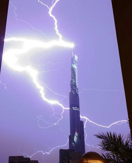 Lightning strikes the Burj Dubai